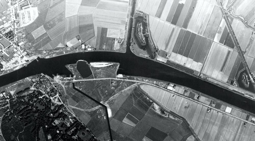 52.455361, 4.660722_Zijkanaal A; North Holland_1945.jpg